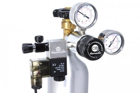 Enstegs CO2-regulator kopplad till horisontell cylinder